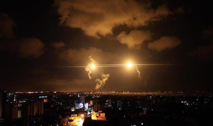 غارات اسرائلية على قطاع غزة تحيل ليلها الى نهار (صور)