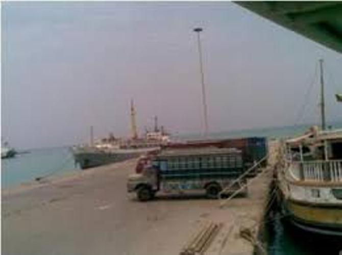 مليشيا الحوثي تحاول استهدف سفينة اماراتية بقارب مفخخ في ميناء المخا