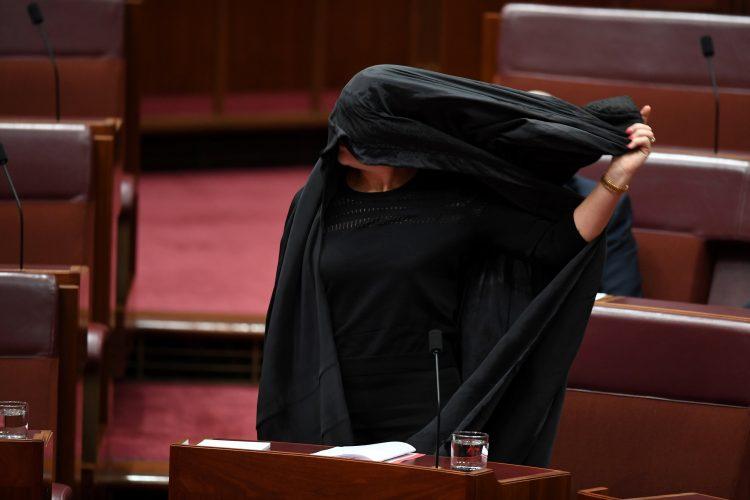 """برلمانية استرالية تسخر من النقاب الاسلامي والمدعي العام ينتقدها """"صور"""""""