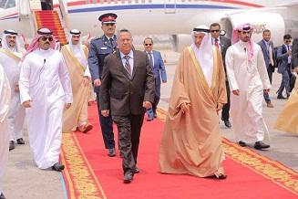رئيس الوزراء بن دغر يصل البحرين في زيارة رسمية لتعزيز العلاقات