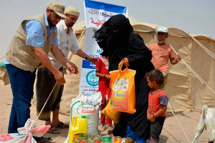 جمعية الاصلاح توزع 250 سلة غذائية لنازحي تعز في عدن