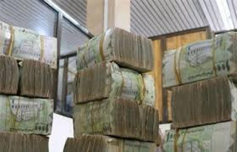 توجه حكومي لرفع المرتبات لمواجهة تدهور العملة وارتفاع الدولار