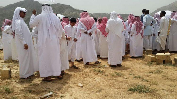 """تشييع جثمان مواطن سعودي قتلته زوجته اليمنية طعناً في رقبته """"صور"""""""