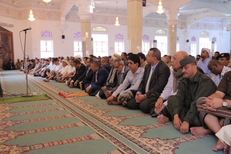 بالصور.. رئيس الوزراء يؤدي صلاة العيد بالعاصمة المؤقتة عدن