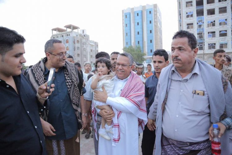 بالصور.. رئيس الوزراء يتجول في منتزهات عدن ويشارك المواطنين فرحة عيد الاضحى