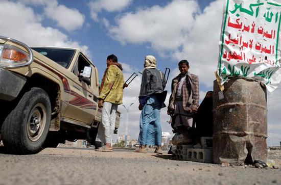"""الحوثيون يختطفون """"24 معلم"""" من حاجز تفتيش في إب"""