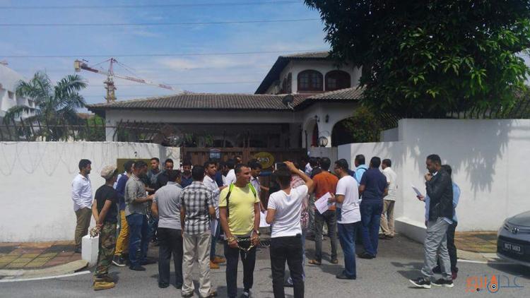 الطلاب اليمنيون المبتعثون في ماليزيا يغلقون السفارة اليمنية بسبب تأخر صرف مستحقاتهم