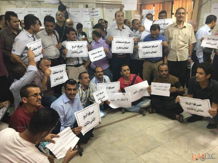 اليمنيون المبتعثون في مصر ينظمون اعتصاما في مبنى السفارة اليمنية في القاهرة