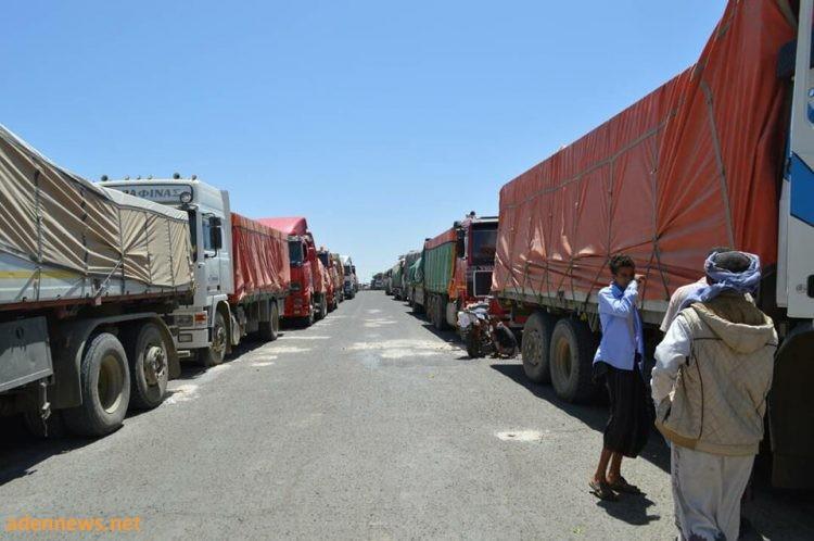 سائقو شاحنات نقل البضائع بين تعز ولحج ينفذون اضرابا للتنديد بتزايد نقاط جباية الضرائب