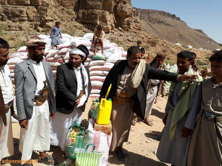 توزيع مواد اغاثية لنازحي مخيم الخانق بمديرية نهم في صنعاء