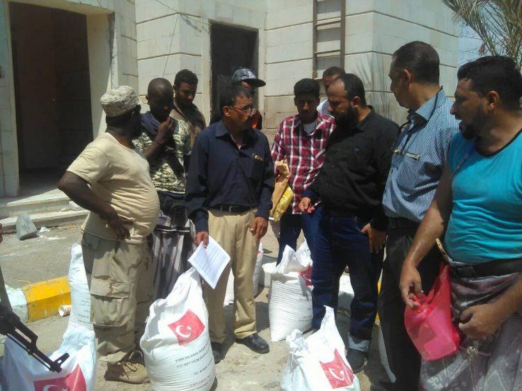 البدء بتوزيع المساعدات الغذائية التركية في مديرية البريقة بعدن