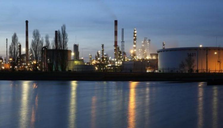 النفط يرتفع 2% وبرنت يسجل 60 دولارا بفعل دعم تمديد التخفيضات