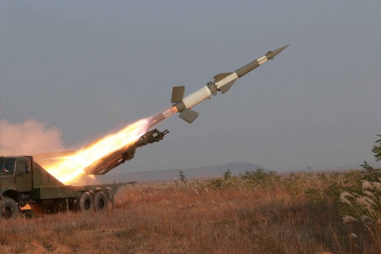 سقط بجوارهم.. مليشيا الحوثي تفشل في اطلاق صاروخ باليستي من جنوب صنعاء