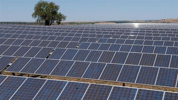مصر توقع 13 اتفاقية لبناء 13 محطة للطاقة الشمسية بأسوان