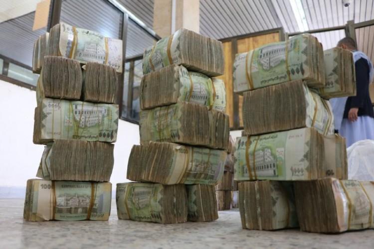 العملة الوطنية تعاود الانهيار مجدداً وتقترب من 600 للدولار الواحد