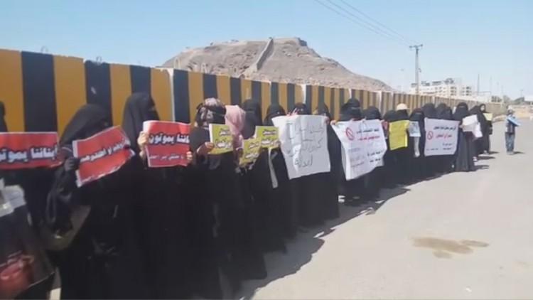 """امهات معتقلي """"بير احمد"""" ينفذن وقفة احتجاجية امام المجمع القضائي بعدن للمطالبة بمعرفة مصير ابنائهن"""