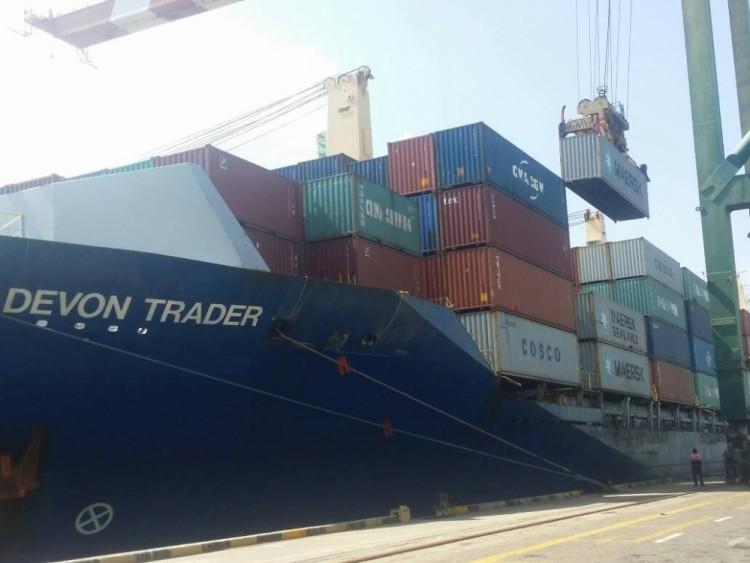 الضغط الشعبي يجبر قوات تتبع الامارات بالسماح لسفينة صينية بافراغ حمولتها في ميناء عدن