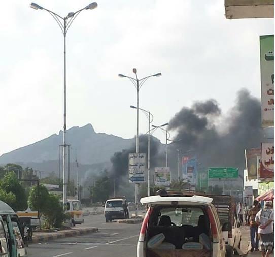 بالصور.. هجوم انتحاري بسيارة مفخخة يستهدف ادارة البحث الجنائي بعدن