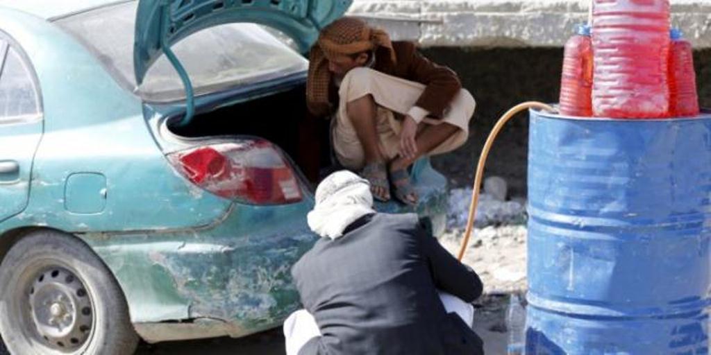 بعد ارتفاع اسعار المشتقات النفطية نافذون في صنعاء يكدسون كميات كبيرة من المشتقات النفطية لبيعها في السوق السوداء