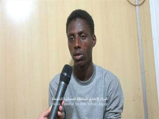 القبض على مقاتل من جنسية افريقية يقاتل في صفوف الانقلاب والأخير يعترف بوجود معسكرات أفريقية