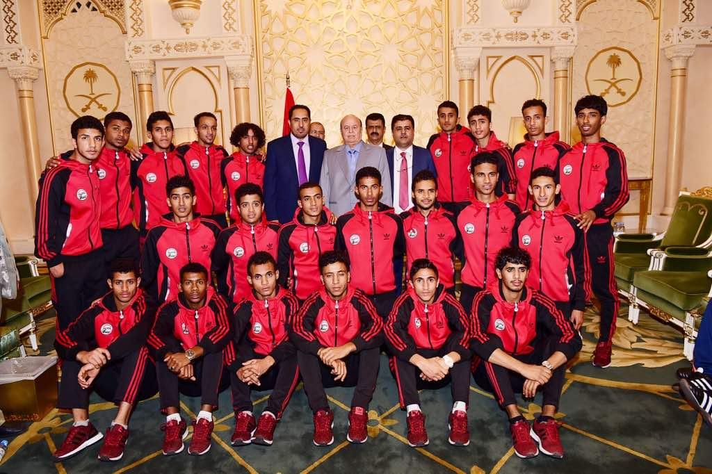 بحضور الوزير البكري ورئيس الاتحاد العيسي، الرئيس هادي يستقبل منتخب الشباب
