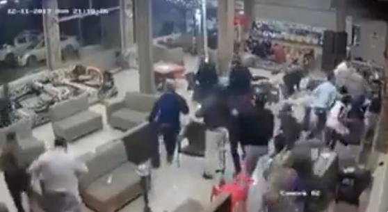 """شاهد """"فيديو"""" لحظة وقوع زالزال العراق وهروب الرواد في احد المقاهي"""