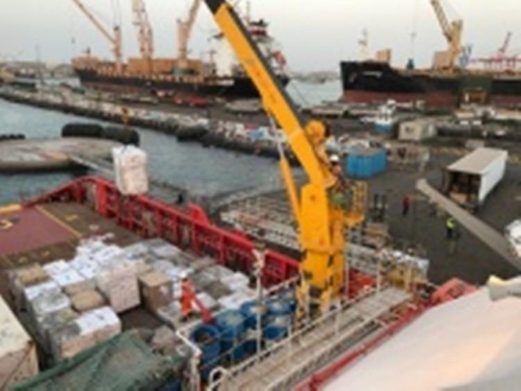 وصول أول باخرة لميناء الحديدة بعد إعلان التحالف إعادة فتح الميناء لإستقبال السفن