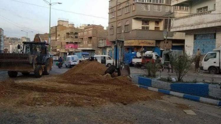 الشرطة العسكرية تزيل الحواجز الترابية التي وضعتها كتائب أبو العباس لقطع شارعي التحرير والعواضي
