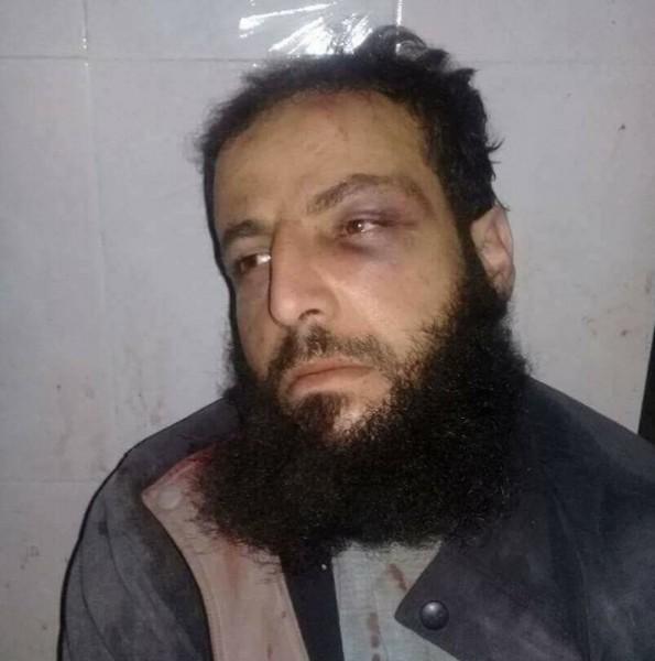 بعد أسره من قبل الجيش الحر.. وشم (يا علي) يظهر على صدر مسؤول الاغتيالات في داعش صلاح قطيش