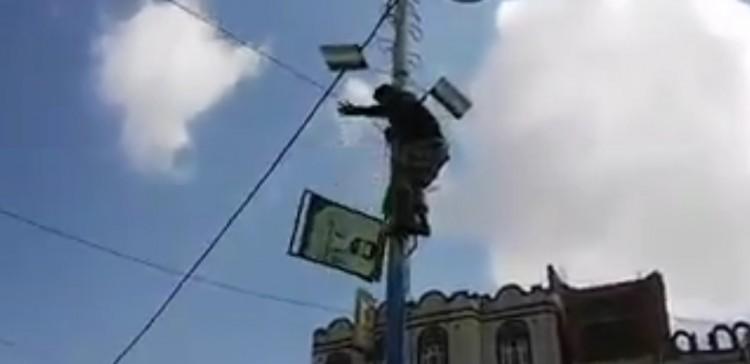 الان.. شاهد بالفيديو.. غاضبون في شوارع صنعاء ينزلون صور زعيم مليشيا الحوثي