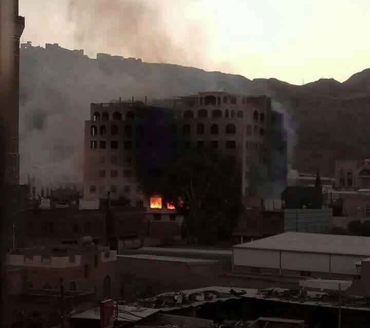 حريق هائل يلتهم بنك الامل في صنعاء جراء المعارك الدائرة في المدينة