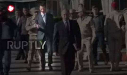 """شاهد بالفيديو.. جندي روسي يهين الرئيس السوري """"بشار الاسد"""" ويمنعه من اللحاق ببوتين"""