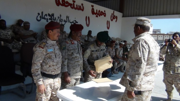 """رئيس هيئة العمليات المشتركة بوزارة الدفاع يشهد تخرج الدفعة الاولى """"استجداد"""" في اللواء الثاني دعم واسناد بعدن"""