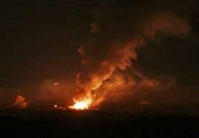 """الجوف: انفجارات لمخازن الأسلحه في معسكر """"سرحان"""" وٲلسنة اللهب تتصاعد بعد غارة لطيران التحالف.. صورة"""
