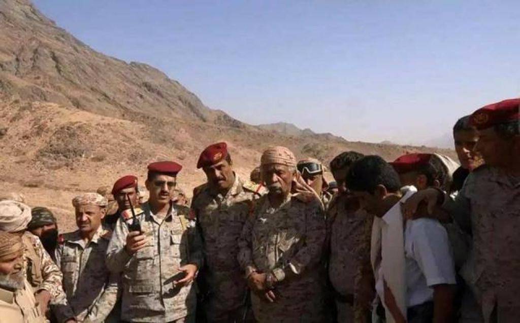رئيس هيئة الأركان يتفقد قوات الجيش المرابطة في مديرية نعمان وعقبة القنذع بمحافظة البيضاء