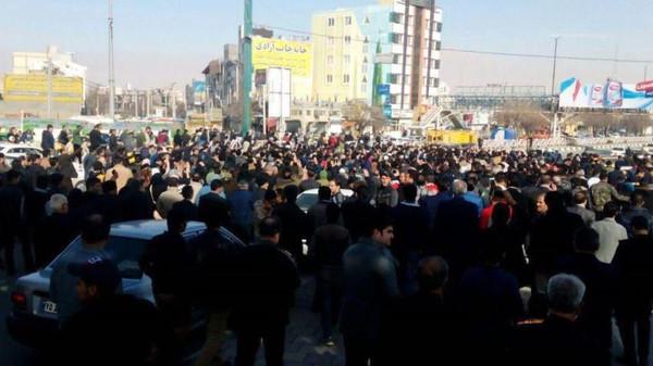 المظاهرات الشعبية تتوسع في إلى عدة مناطق في ايران
