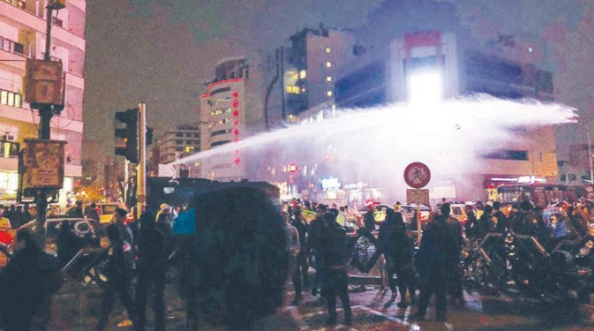 ايران: حملة اعتقالات وحرق مقرات حكومية في طهران ..والاحتجاجات تنتقل إلى المدن الإيرانية الفقيرة …