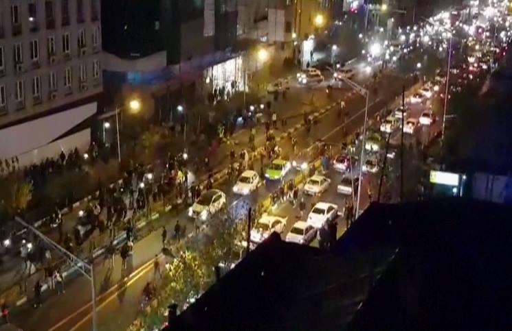 """صحيفة: احتجاجات إيران هزت المتشددين والإصلاحيين بشعارات لاول مرة """"الموت لخامنئي ولروحاني"""""""