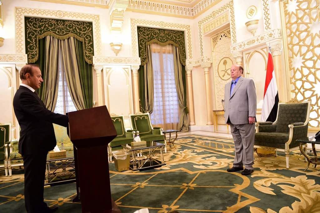 محافظ تعز الدكتور أمين احمد محمود يؤدي اليمين الدستورية أمام الرئيس هادي
