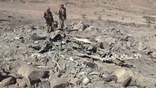 شاهد.. مليشيات الحوثي تنشر صوراً لحطام طائرة التحالف العربي الحربية والتي سقطت في صعدة
