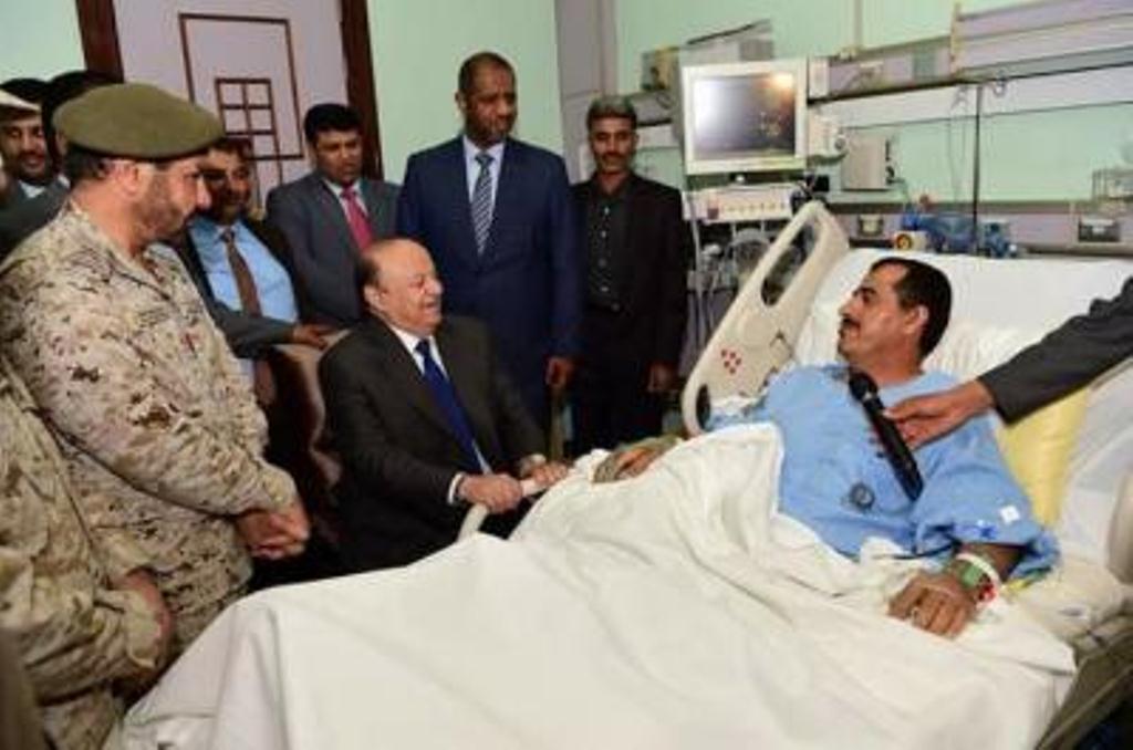الرئيس اليمني يقوم بزيارة رئيس هيئة الاركان ويطمئن على صحته