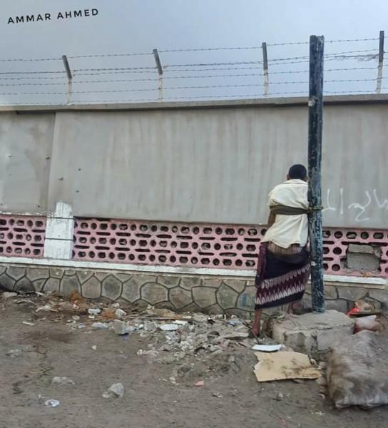 بالصورة.. مسلحون مجهولون يربطون مواطناً بعمود انارة في احد شوارع عدن