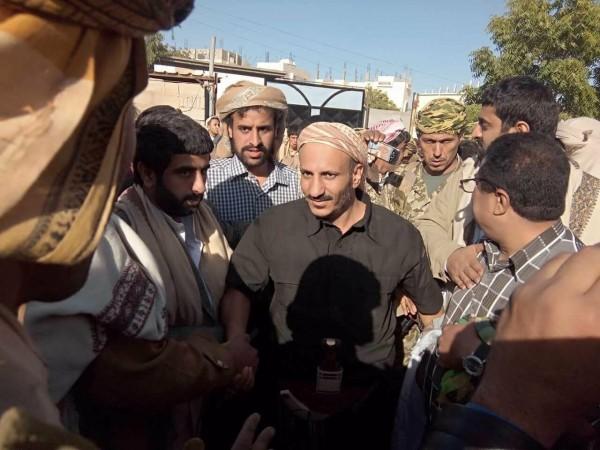 عيدروس الزبيدي يصف طارق صالح بالبطل المناضل وقيادات الشرعية مجرمي حرب !!