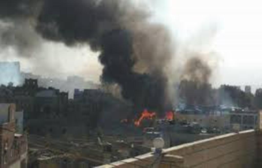 طيران التحالف العربي يشن غارات على معسكر في صنعاء ونشوب حريق هائل فيه