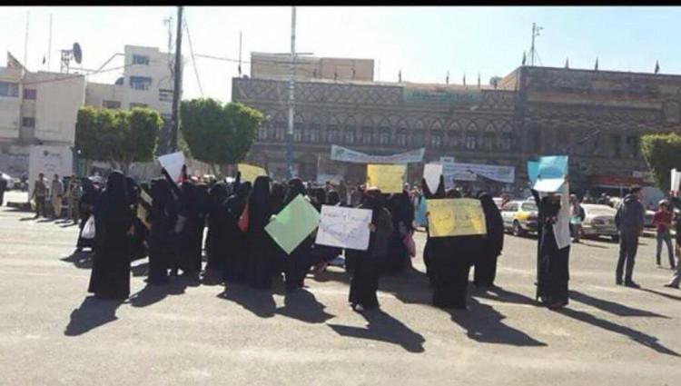 مليشيا الحوثي تعتدي على مظاهرة نسائية في العاصمة صنعاء وتعتقل بعض المشاركات في المظاهرة