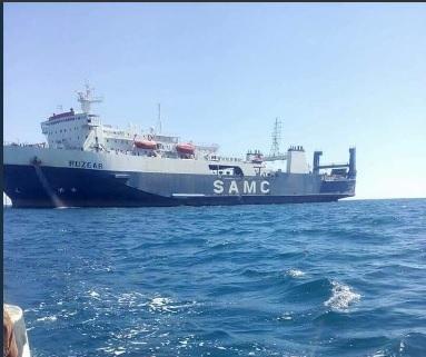 شاهد بالصور.. هذا ما افرغته سفينة سعودية على شواطئ المهرة.. تفاصيل