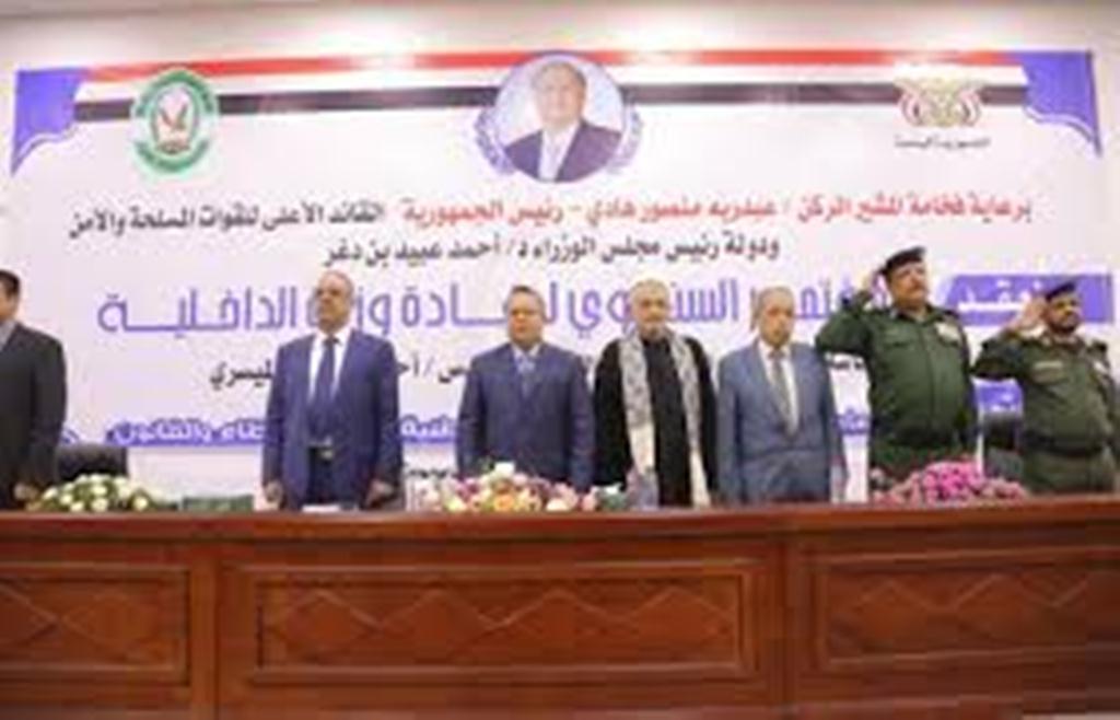 رئيس الحكومة يطالب بوقف الإنتهاكات التي يتعرض لها المدنيون في نقاط التفتيش بعدن