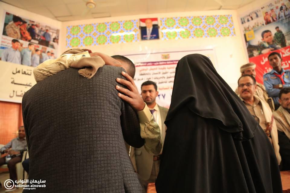 """مأرب.. تسليم 27 أسيراً (طفلاًً) لأسرهم ممن شاركوا في القتال بصفوف الحوثيين """"صور"""""""