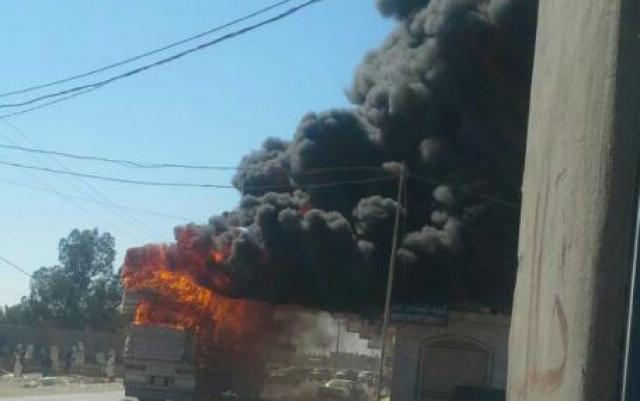 شاحنة محملة بالإسفنج تحترق وسط مدينة مأرب (صور)