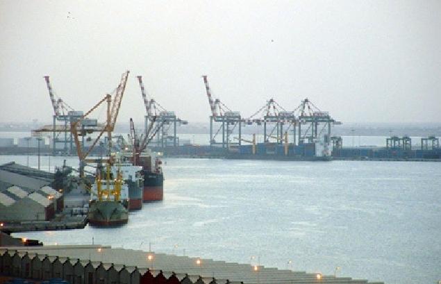 سفينة محملة بالوقود لكهرباء عدن تدخل ميناء الزيت